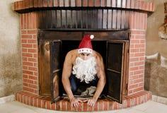 Papá Noel atractivo está en la chimenea Fotos de archivo