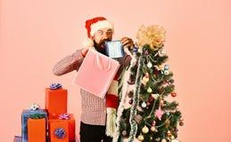 Papá Noel con el árbol de abeto adornado cercano de los paquetes coloridos imagen de archivo libre de regalías