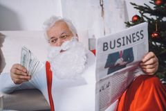 Papá Noel con el efectivo disponible imagen de archivo