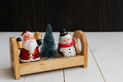 Papá Noel con el muñeco de nieve del invierno Foto de archivo