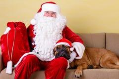 Papá Noel con el perro Imágenes de archivo libres de regalías