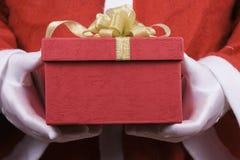 Papá Noel con el rectángulo de regalo imagenes de archivo