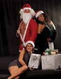 Papá Noel con las muchachas atractivas Fotografía de archivo libre de regalías