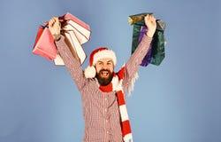 Papá Noel con los paquetes coloridos Hombre con la cara de la barba y del ganador fotos de archivo libres de regalías
