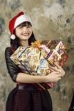 Papá Noel con un rectángulo de regalo grande Fotos de archivo