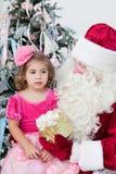 Papá Noel da un regalo Imágenes de archivo libres de regalías