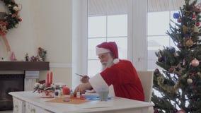 Papá Noel dibuja con la pintura acrílica almacen de video
