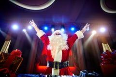 Papá Noel divertido DJ se mezcla en los haces de música de la luz imágenes de archivo libres de regalías