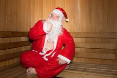 Papá Noel divertido en la sauna finlandesa La Navidad y Año Nuevo Fotos de archivo