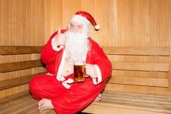 Papá Noel divertido en la sauna finlandesa La Navidad y Año Nuevo Imagen de archivo