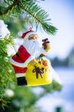 Papá Noel en árbol de abeto con nieve afuera Fotos de archivo libres de regalías
