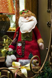 Papá Noel en el travesaño de la ventana Foto de archivo libre de regalías