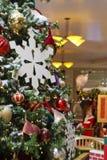 Papá Noel en fondo detrás del árbol de navidad Imágenes de archivo libres de regalías