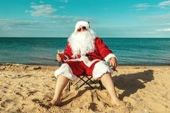 Papá Noel en la playa fotografía de archivo
