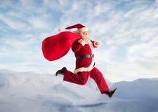 Papá Noel en las montañas fotos de archivo