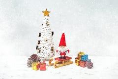 Papá Noel en un trineo Fondo del gnomo de Papá Noel con los regalos y la nieve Imágenes de archivo libres de regalías