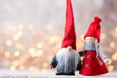 Papá Noel en un trineo Fondo festivo del gnomo Año Nuevo Imagen de archivo libre de regalías