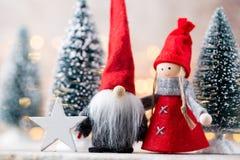 Papá Noel en un trineo Fondo festivo del gnomo Año Nuevo Fotos de archivo libres de regalías