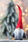 Papá Noel en un trineo Fondo festivo del gnomo Símbolo del Año Nuevo Fotografía de archivo
