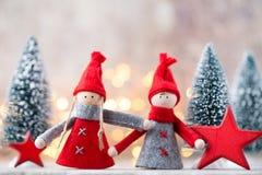 Papá Noel en un trineo Fondo festivo del gnomo Símbolo del Año Nuevo Imagen de archivo