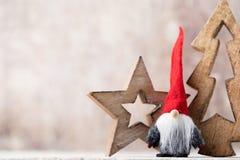 Papá Noel en un trineo Fondo festivo del gnomo Symb del Año Nuevo Imagenes de archivo