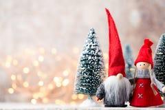 Papá Noel en un trineo Fondo festivo del gnomo Symb del Año Nuevo Fotografía de archivo