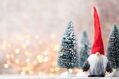 Papá Noel en un trineo Fondo festivo del gnomo Symb del Año Nuevo Foto de archivo