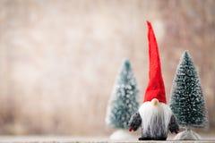 Papá Noel en un trineo Fondo festivo del gnomo Symb del Año Nuevo Fotos de archivo libres de regalías