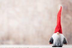 Papá Noel en un trineo Fondo festivo del gnomo Symb del Año Nuevo Imagen de archivo libre de regalías