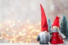 Papá Noel en un trineo Fondo festivo del gnomo Symb del Año Nuevo Fotografía de archivo libre de regalías