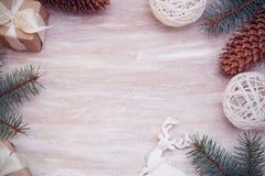 Papá Noel en un trineo Frontera o marco de la Navidad con el espacio de la copia Concepto del Año Nuevo Ramas del abeto y cajas d Foto de archivo libre de regalías