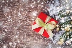 Papá Noel en un trineo Regalo o actuales ramas del caja y nevosas del abeto en fondo rústico imagen de archivo libre de regalías