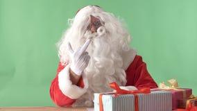 Papá Noel enojado que muestra la muestra del dedo medio, concepto del odio, chromakey en el fondo almacen de video