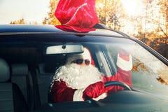 Papá Noel está llevando los regalos Fotos de archivo libres de regalías