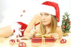 Papá Noel femenino hermoso atractivo con el conjunto Imagen de archivo