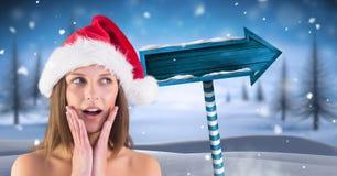 Papá Noel femenino sorprendente y poste indicador de madera en paisaje del invierno de la Navidad Fotografía de archivo