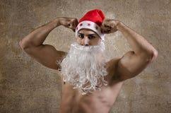 Papá Noel fuerte que presenta en la pared Foto de archivo libre de regalías