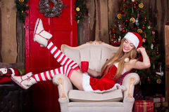 Papá Noel hermoso femenino divirtiéndose y sonriendo cerca Imagen de archivo