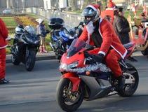 Papá Noel indefinido que entrega la ayuda humanitaria en la forma de regalos a los niños minusválidos Fotografía de archivo