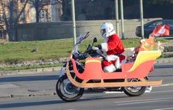 Papá Noel indefinido que entrega la ayuda humanitaria en la forma de regalos a los niños minusválidos Imagen de archivo