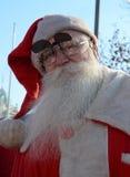 Papá Noel indefinido que entrega la ayuda humanitaria en la forma de regalos a los niños minusválidos durante Fotos de archivo