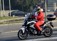 Papá Noel indefinido que entrega la ayuda humanitaria en la forma de regalos a los niños minusválidos durante el Sa anual Fotos de archivo libres de regalías