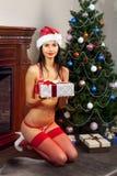 Papá Noel-muchacha feliz con los presentes Imagenes de archivo