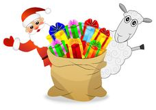 Papá Noel, ovejas y saco con las cajas de regalo brillantes Foto de archivo