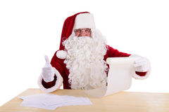 Papá Noel que lee una letra Imágenes de archivo libres de regalías