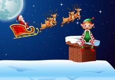 Papá Noel que monta su juego del reno con el pequeño duende Foto de archivo