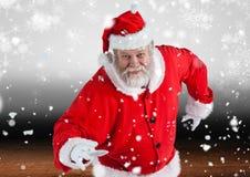 Papá Noel que presenta en caída de la nieve Imagen de archivo libre de regalías