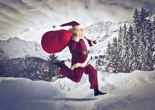 Papá Noel que se ejecuta fotos de archivo libres de regalías