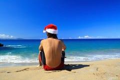 Papá Noel que se sienta en la playa de Océano Atlántico Fotos de archivo libres de regalías