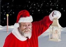 Papá Noel que sostiene la linterna de la Navidad Foto de archivo